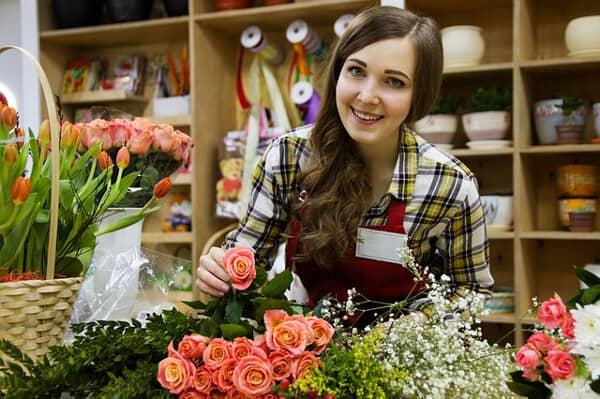 Typiska jobb för en 18-åring kan vara att jobba som butiksbiträde i blomsteraffär, mataffär med mera.