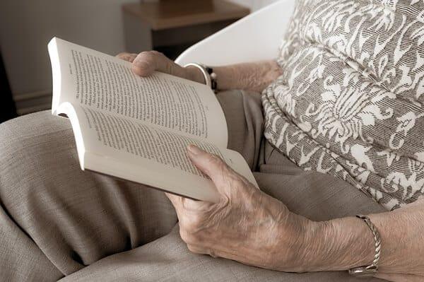 Arbeta inom äldreomsorgen som sommarjobb
