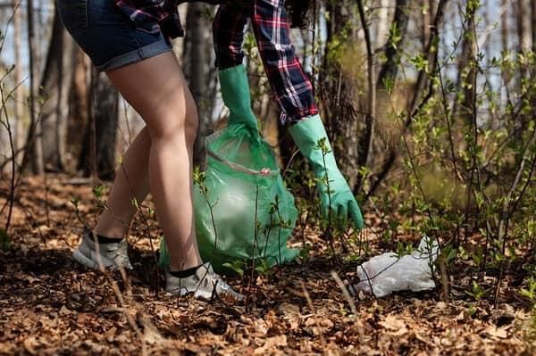 Sommarjobba inom park och trädgård med att rensa och göra fint