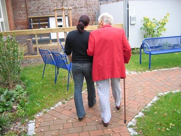 Som sommarjobb kan du jobba med äldre på bland annat servicehus